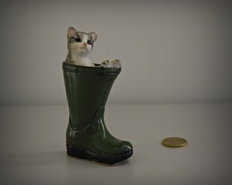 Cute vintage female figurine/kitten in Wellington boot/Leonardo/kitty/CAT/cat lover gift/porcelain/ceramic