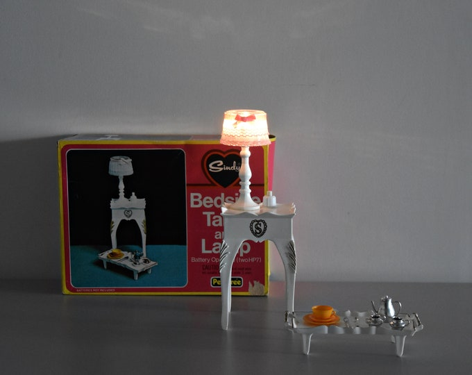 Vintage Sindy Pedigree bedside table and lamp + accessories / 44506 / original box / Scenesetter / 1975