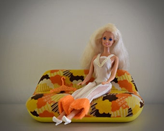 Beautiful vintage Barbie doll / Mattel / 1966-1976 / + seventies funky jumpsuit, matching white shoes and coat rack / China