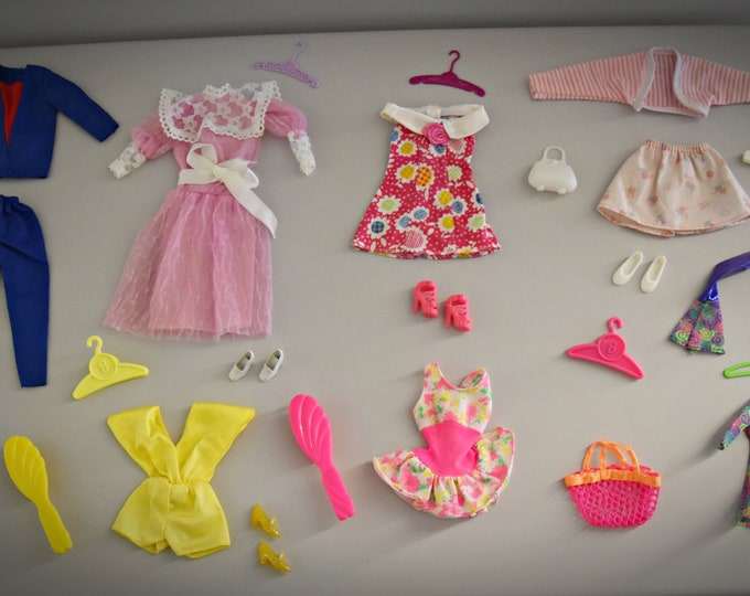 Beautiful lot vintage outfits Barbie + accessories - mix of different vintages... mainly in the late 1980s, early 1990s