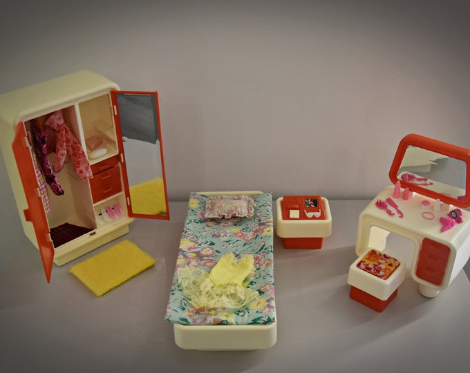 Beautiful vintage Mattel Barbie Bedroom / #2150 / 1977 / furnished with 30 beautiful accessories / Collectors item