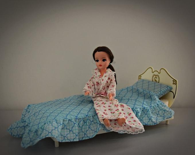 Vintage Sindy Pedigree bed + bedding/bedroom furniture/Made in England/# 44503
