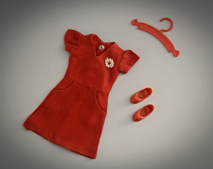 Beautiful summer vintage dress Sindy Pedigree Daisy Delight + matching red shoes and coat rack / #44147 / 1976