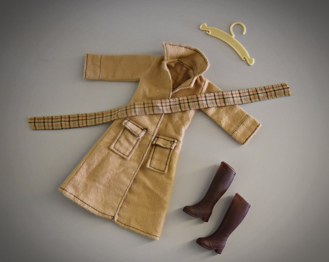 Fashionable vintage jacket Sindy Pedigree + scarf, matching brown boots and coat rack / Autumn Leaves / #44337 / 1980