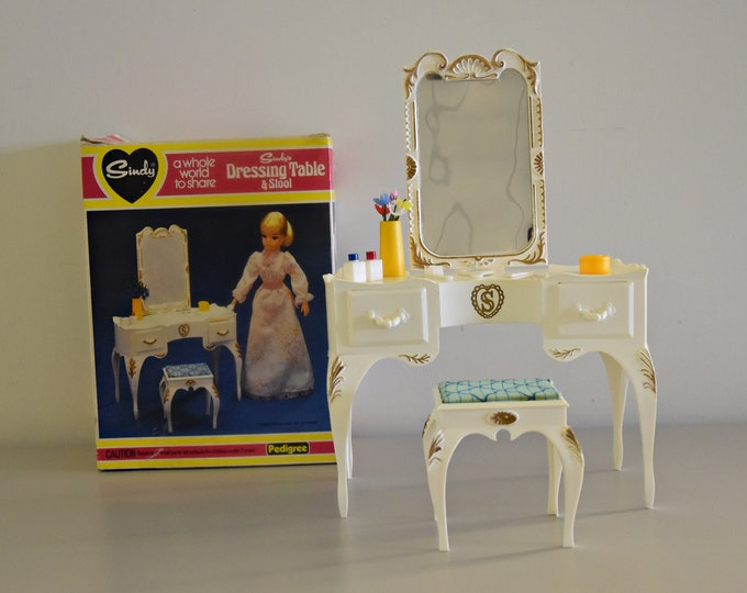 Vintage Sindy Pedigree dressing table and stool + accessories /#44505 / original box / 1975 / Scenesetter