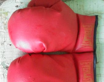 Vintage 9 oz Lace Up Everlast Boxing Gloves, Large Child/Teen Small Adult Boxing Gloves, Red Tie Up Laces Boxing Gloves Fight Gloves