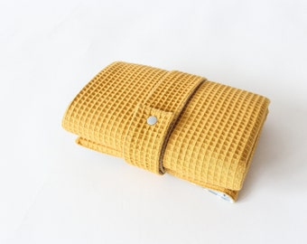 Washable wrapping pad with pockets for on the go - Waffle lpique - mustard yellow