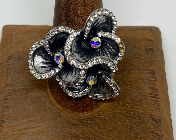 Beautiful Flower Shaped Silver Toned Statement Cocktail Ring with Diamante Accents Size 9.5