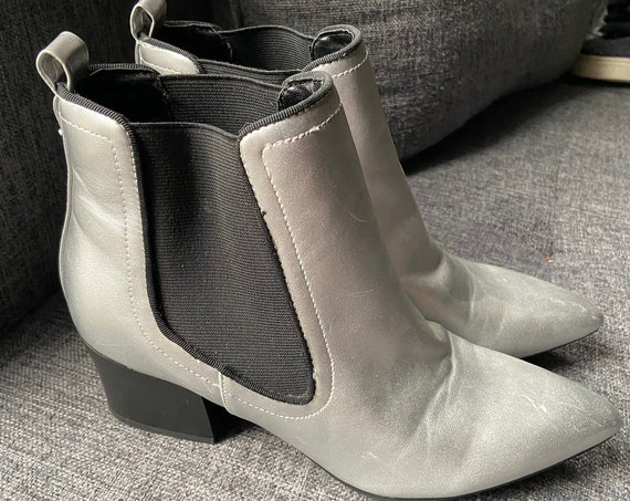 Cute 60s-Inspired Silver Mini Go-Go Chelsea Boots from Guess Size 7