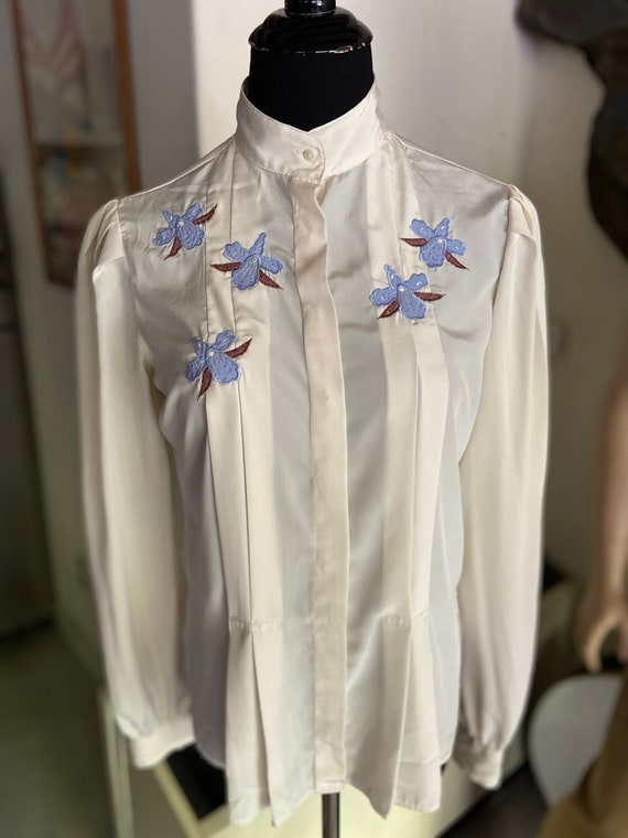 Beautiful Vintage 1970s  Campus Casuals White Poly/Satin Blouse with Crocus Motif Size Small