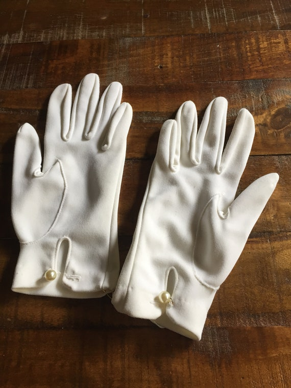 Lovely White Vintage 1950s Ladies Short Evening Gloves with Pearl Closure