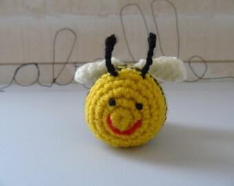 Crochet bee to decorate a cake or key door