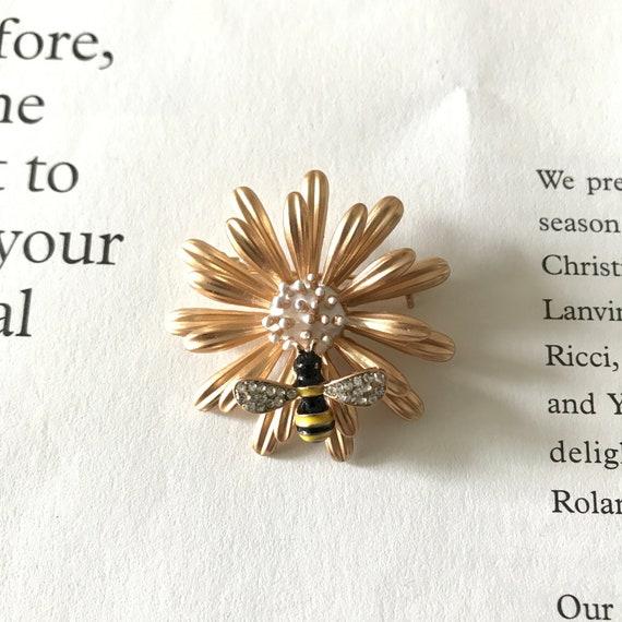 Vintage daisy and honey bee brooch