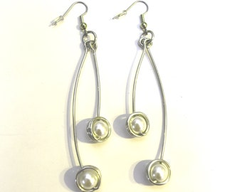 Aluminum decorated with two pearl bead pendant earrings, light weight, classical, white