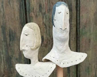 These two figures, Ralph & Heidrun, 2 ceramic heads, double-burned and glazed with a pedestal of reclaimed wood are a work of art of a special kind.