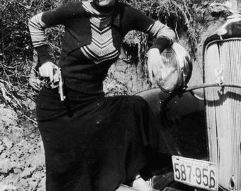 Bonnie and Clyde - Bonnie Parker Bank Robber 1933 Black & White Criminal Photo 7x5, 10x8, A4 Photo Print Picture