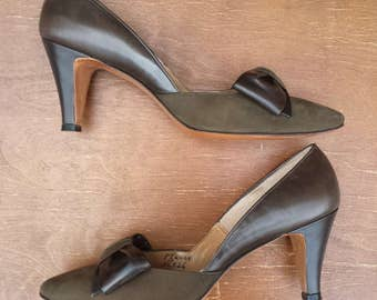 Never worn - 1960's Caprini bow pumps - Women's size 8 1/2 - dark olive and brown