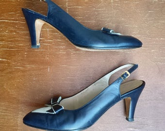 1980's Salvatore Ferragamo sling back bow pumps - size 8AA - dark navy blue and white
