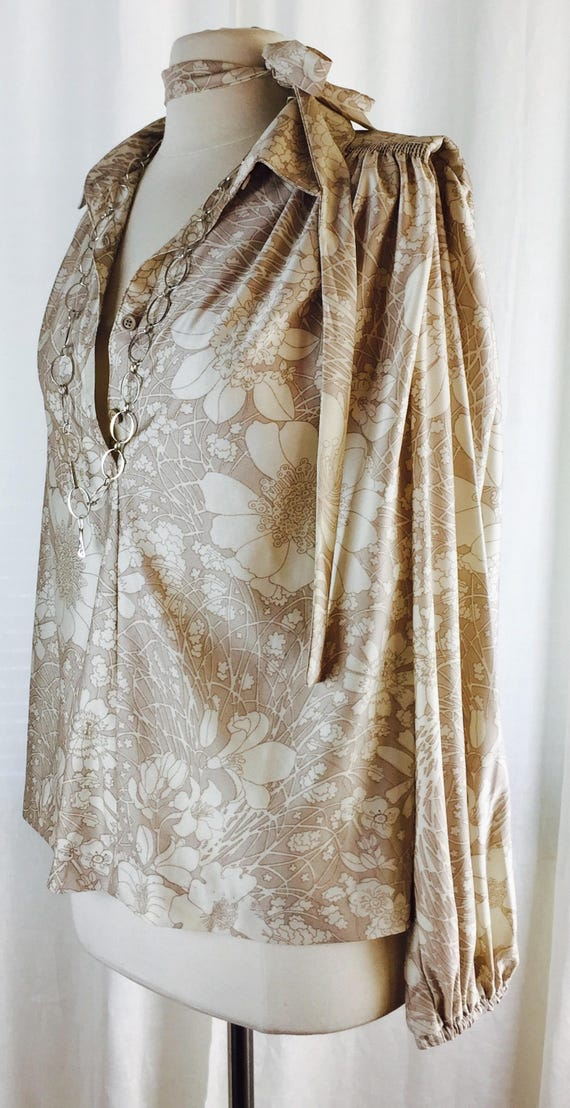 Vintage 70's  shiny beige fantasy floral print poe