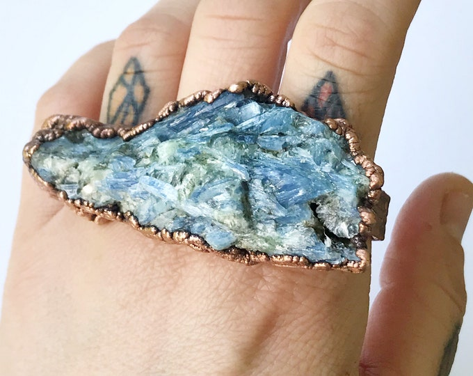 Large Blue Kyanite Knuckle Duster Ring, Three Finger Ring, Electroformed Copper // Pure Copper, Natural Stone, Wood Grain Design Band Bar