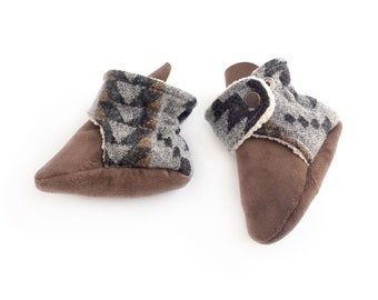 Pendelton baby moccasins, furry stay on booties. Newborn boots, Pacific Northwest style, PNW, black + grey gender neutral, non-binary baby.