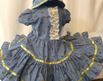 Pioneer Girl    features an adorable yellow flower print with a bumble bee ribbon trim. Full circle skirt  sunbonnet and bloomers included