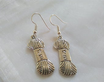 Silver coloured knitting yarn earrings / Boucles d'oreilles fil tricoter