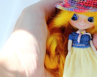 Outfit for petite blythe - dress for blythe doll - crocheted raffia hat for miniature blythe doll