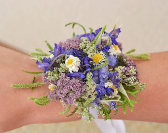 Wedding decoration with 2 items from natural dry meadow flowers in the form of a comb in the hair, boutonniere and ornaments on the arm
