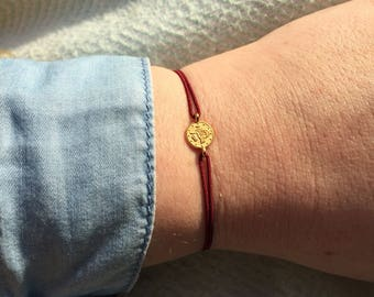 TORTUGUERO Thin elastic bordeaux red bracelet with coin connector.