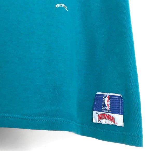 90 s Charlotte Hornets T-Shirt de basket-ball NBA. Vert moulins vintage des années 90 moulins Vert muscade Double face verso impression Charlottle Hornet Frelon Logo Tee. 0f5d84