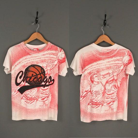90er Jahre Chicago Basketball All Over Print T Shirt. Jahrgang 1990 er all Over Druck Chicago NBA Basketball Mode Tee.