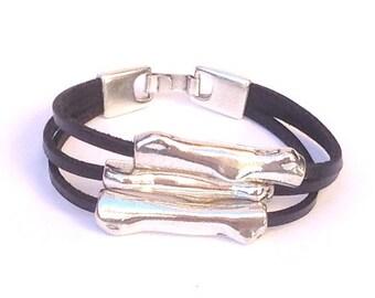 Pulsera de cuero con tubos irregulares, Pulsera de mujer tres cueros y zamak, Womens leather bracelet, Pulsera de cuero y baño de plata