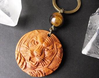 Tête de tigre sculpté en bois et porte-clés oeil de tigre