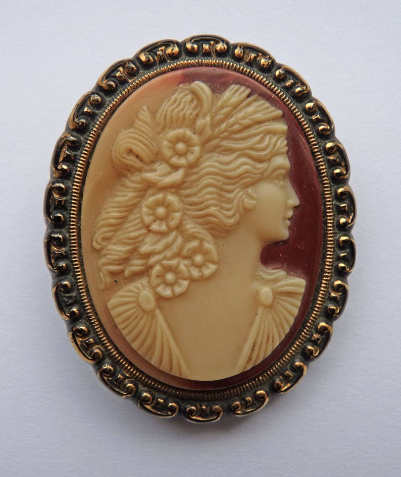 Cameo brooch pin solid vintage free worldwide shipping from Europe