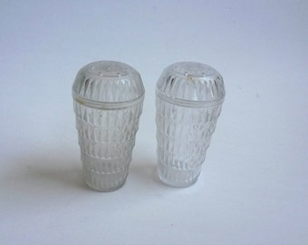 Vintage clear plastic salt and pepper shakers, Arrow plastic diamond design salt and pepper shakers - Tup2