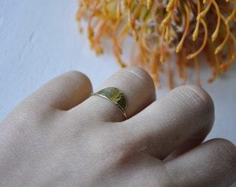 Gehämmerter Halbmond Messing Ring