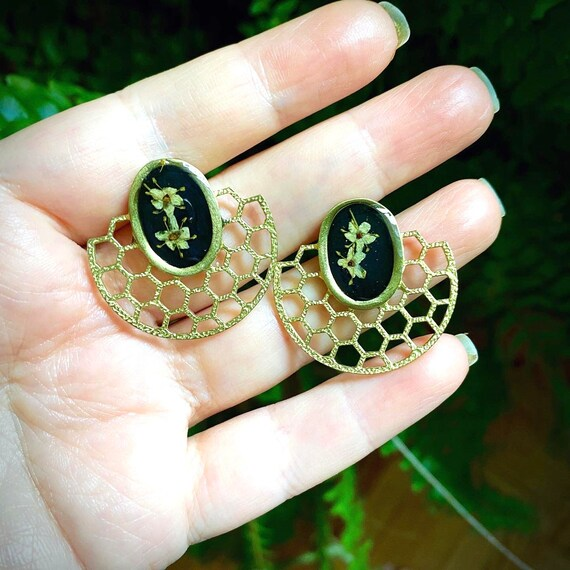 goldtone honeycomb elderflower stud earrings