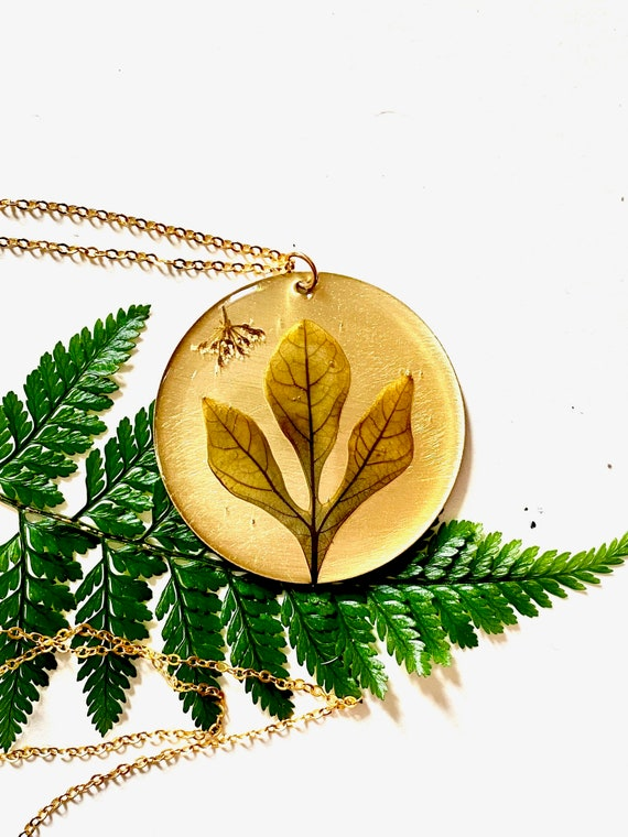 Sassafras leaf circle necklace