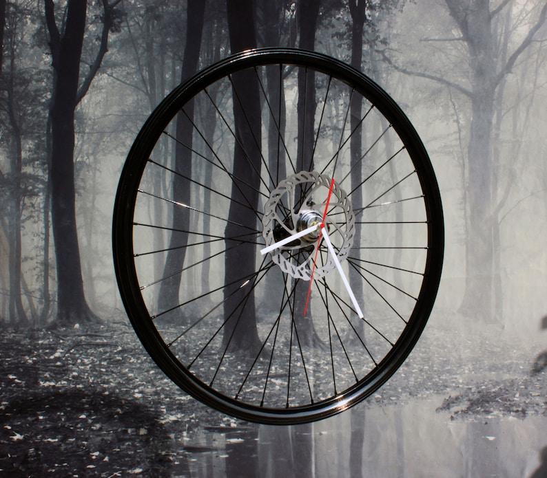 Panda noir dhorloge de roue de vélo