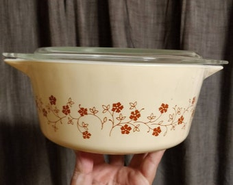 Vintage Pyrex Trailing Flowers Casserole Dish with lid - 475B - wheat -  2 1/2 quart