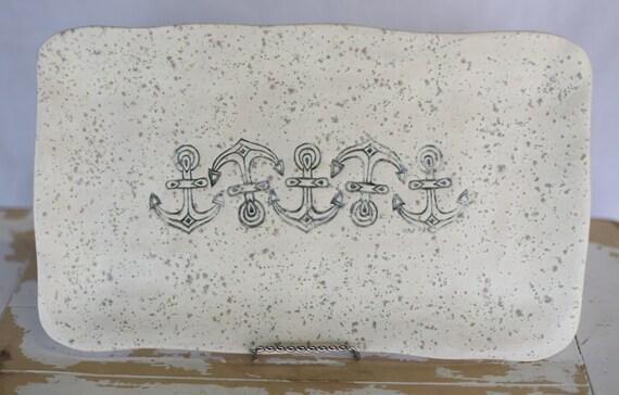 Sel de mer avec bleu ancres ondulé poterie plateau/fait à la main de service plateau/bleu blanc nautique bleu/plateau blanc Beachy plat/ancres poterie plateau