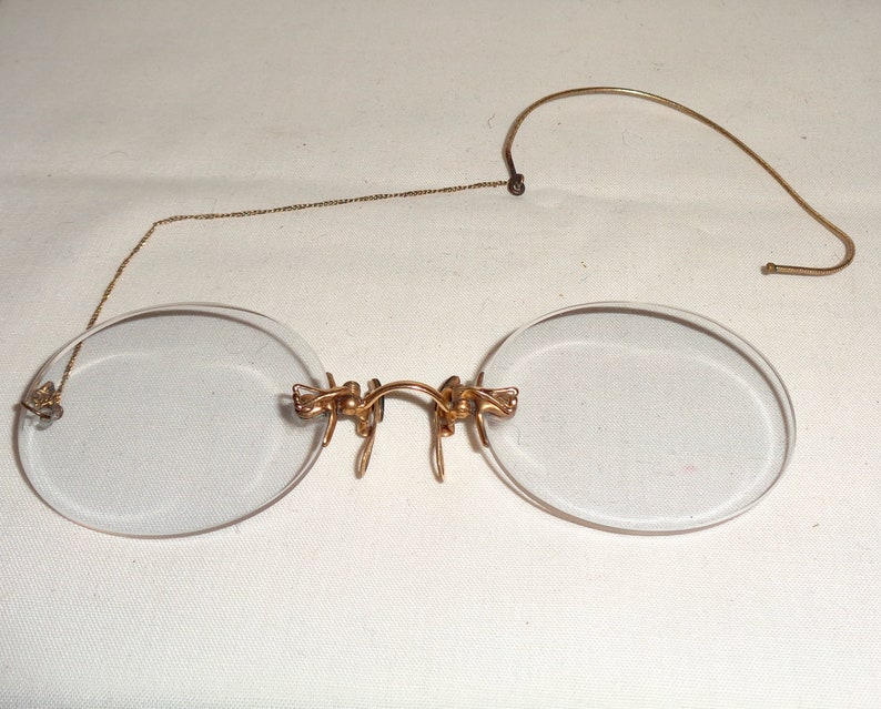 Antique Oval Pince-Nez Reading Glasses With Ear Loop /& Chain Comes With A Covered Hard Steel Case And Original Polishing Cloth