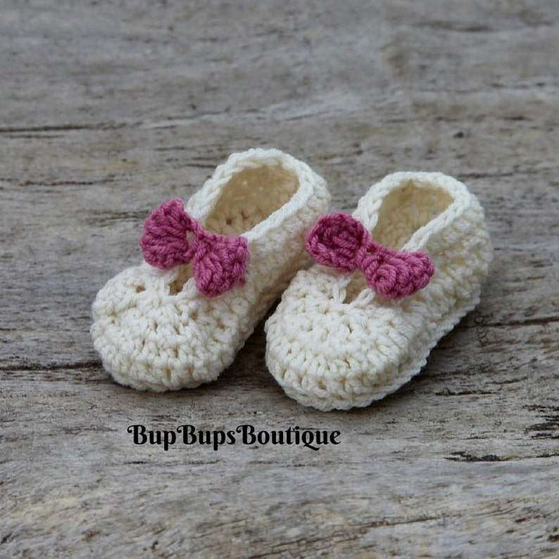 abc3d1afc4c78 Cream Mary Jane Pram shoes - Crochet Baby Shoes - Baby Shower - Girl Bow  shoes - Homemade - Baby Gift - crib shoes - Wedding shoes