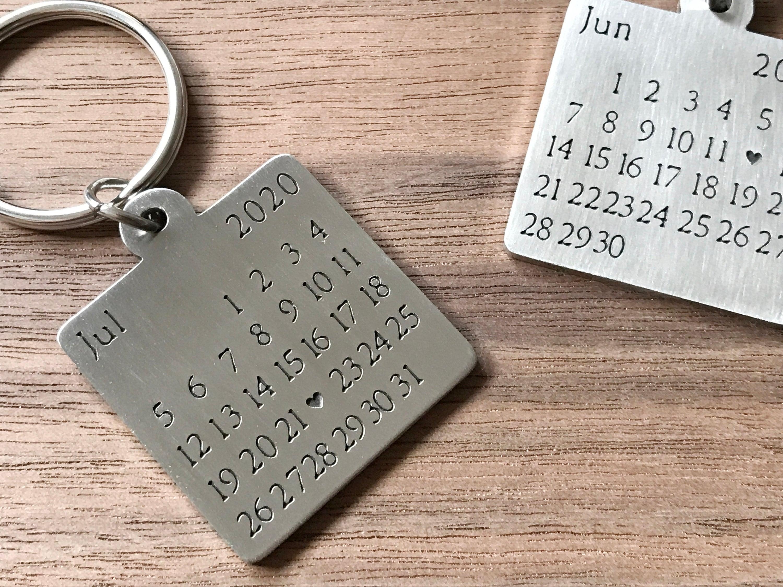 Portachiavi del calendario, portachiavi personalizzato, data evidenziata con un cuore, regalo di fidanzamento, regalo personalizzato, idee regalo, FunnyMetals