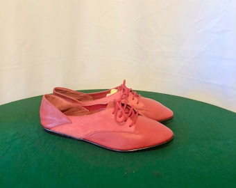 Sz 7.5 Vintage Fire Engine Red Genuine Leather 1990s Women Flat Lace Up Shoes.