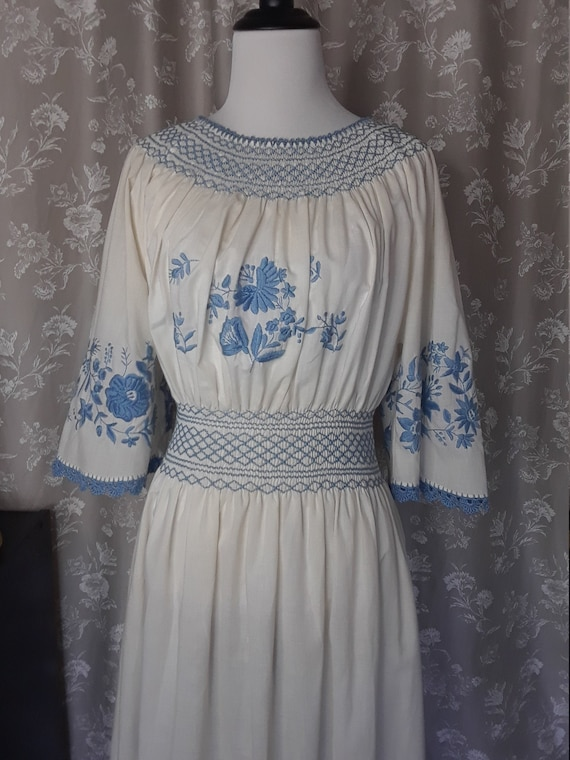 1940's Ladies White and Blue Floral Embroidred Fol
