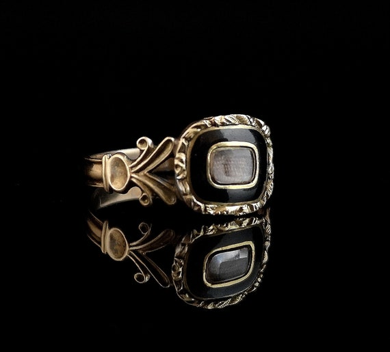 Antique Georgian mourning ring, 12ct gold, black e