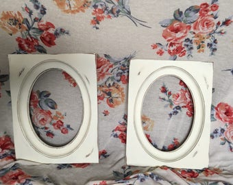 White vintage picture frames, oval picture frames, set of 2 frames, shabby chic, farm house decor, painted picture frames
