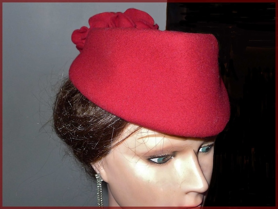 Beautiful vintage red felt fascinator hat - from t